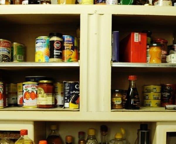 Boites de conserve dans un placard