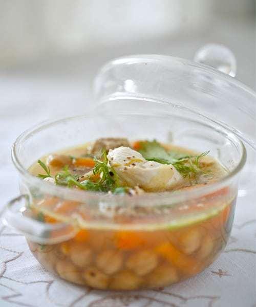 Volaille pochée au foie gras dans un bouillon épicé